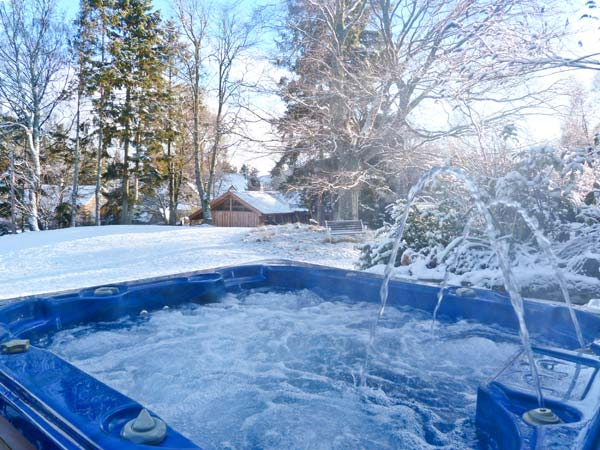 Large country house - Suidhe Lodge hot tub in the snow